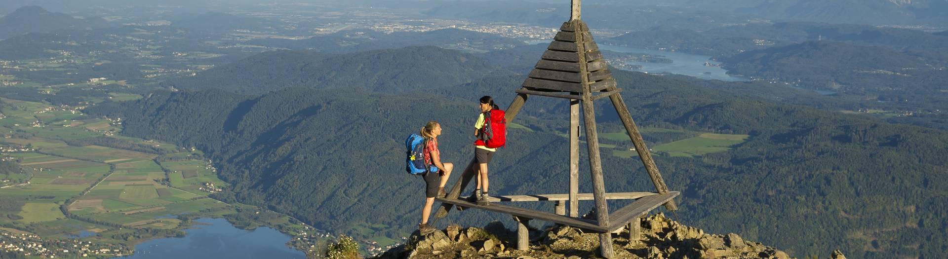Gerlitzen Alpe. Vom Berger Wetterkreuz bieten sich grandiose Ausblicke auf Ossiacher See, Wörther See und das gesamte Klagenfurter Becken.