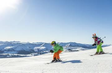 Am Katschberg Spaß auf der Piste beim Skifahren.