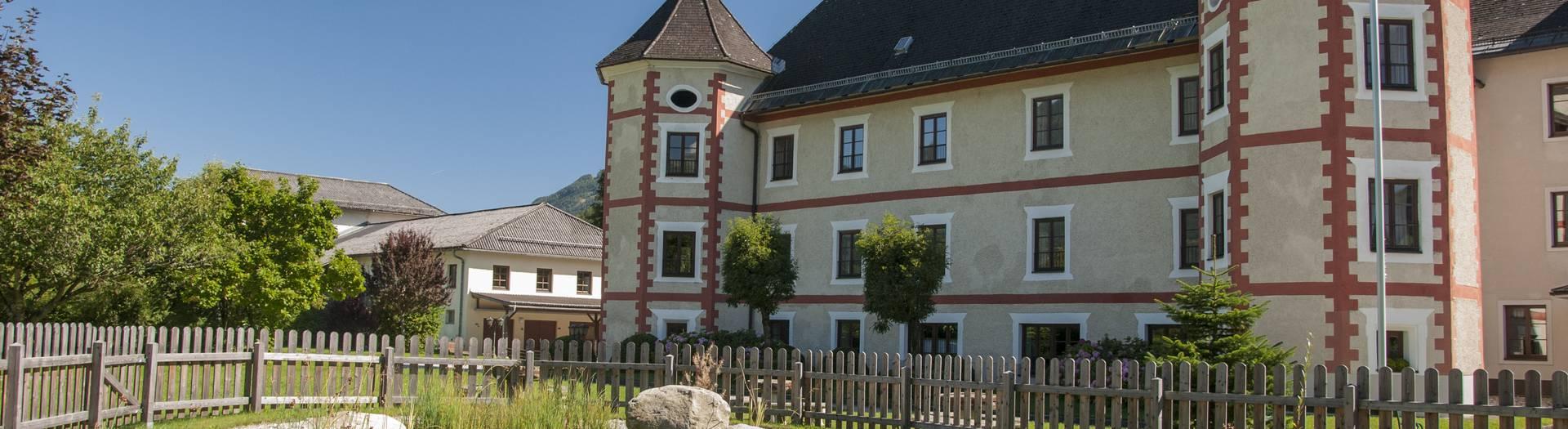 Lurnfeld Mit dem Schloss Drauhofen in der Nationalpark-Region Hohe Tauern
