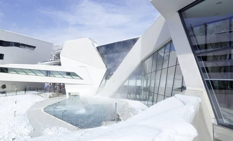 Thermenhotel Karawankenhof_Das Hotel der Kaernten Therme mit Außenbecken im Schnee
