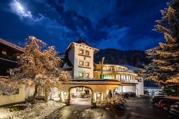 Hotel Trattlerhof in Bad Kleinkirchheim im Winter bei Nacht
