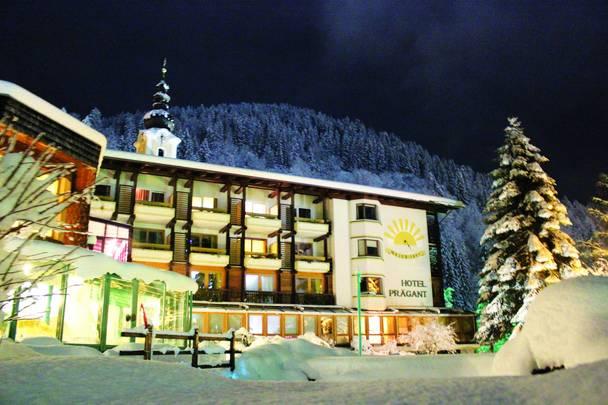 Hotel Prägant im Winter bei Nacht