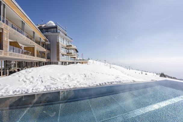 Alpinhotel Pacheiner_Hotel und Pool im Schnee