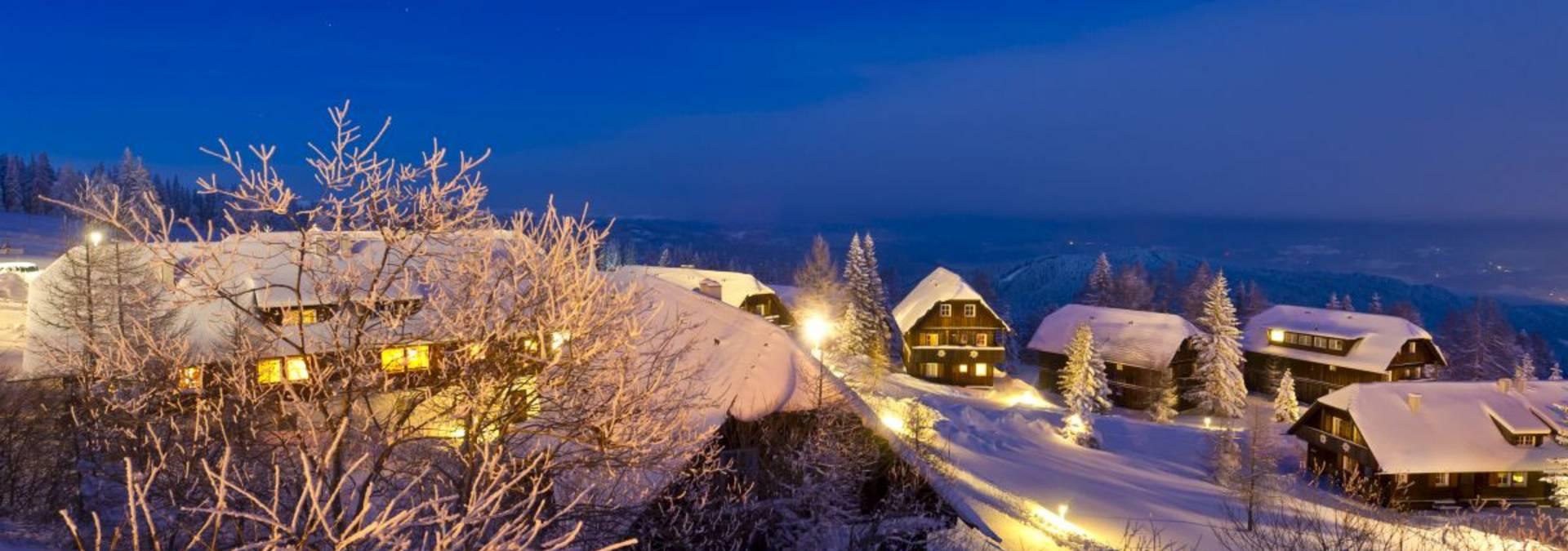 Skihütten in dämmriger Atmosphäre.